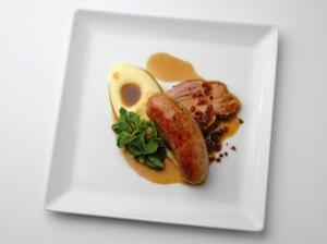 Saucisse et rôti, purée de pomme de terre et grabons copyright Armand Stocker-001