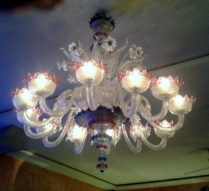 The dazzling Murano chandelier in the Kunsthalle bar