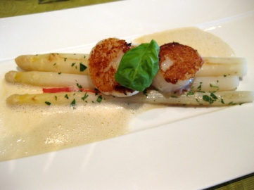 White asparagus with seared scallops, Kreuz-Post style